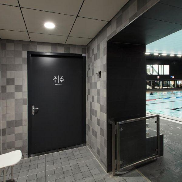 watervaste utiliteitsdeur bij een zwembad